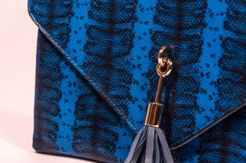 Poșetă plic albastră cu ciucure decorativ