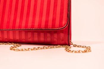 Poșetă plic roșie cu ciucure decorativ