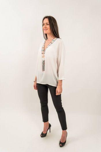 Bluză albă texturată și mărgele multicolore
