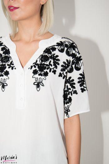 Bluză albă cu broderie și nasturi