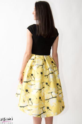 Rochie de seară asimetrică neagră cu imprimeu floral galben