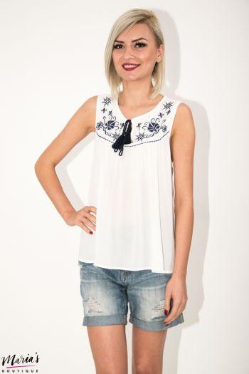 Bluză albă fără mâneci cu elemente brodate și canafi