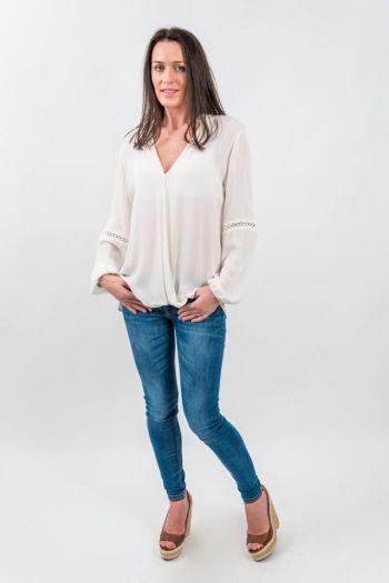 Bluză albă vaporoasă cu inserții croșetate